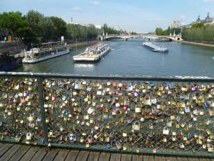 Love-padlocks-on-Paris-bridge